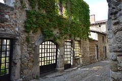 Pérouges (RarOiseau) Tags: ain pérouges village villageperché ruine rue histoire palais eu v2000
