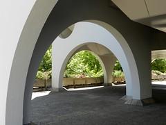 Arcades et verdure (Daniel Biays) Tags: architecture architecturecontemporaine mériadeck bordeaux gironde arcades
