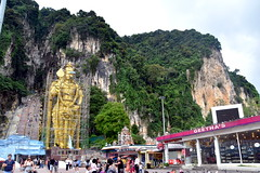 Batu Caves, Kuala Lumpur. (Manoo Mistry) Tags: nikon nikond5500bodyonly tamron18270zoomlens tamron kuala lumpur kualalumpur malaysia tourism tourist outdoor mountains caves batucaves hindu hindugod hindutemple statue gold bronzestatue shops