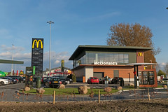 McDonald's Harderwijk (Netherlands) (Meteorry) Tags: europe nederland netherlands holland paysbas gelderland harderwijk knardijk knardijkwest n302 burgemeesterdemeesterstraat mcdonalds restaurant store storefront fastfood bigmac drivethru mcdrive automac mccafé sign polesign goldenarches parking cars voitures food ankegerrits maestroburger dutch april 2017 meteorry