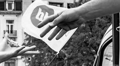 Tendre la main vers l'autre ... toujours et contre tout (misterblue66) Tags: bruxelles brussels pride d610 nikon nikonpassion 2470 f28 tamron bn bw noiretblanc nb tendre help aide main hand aider soutenir