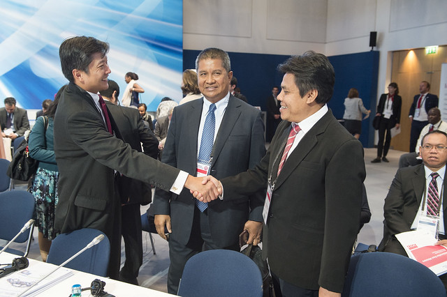 Chee Meng NG, Saripuddin Kasim and Agus Santoso greeting