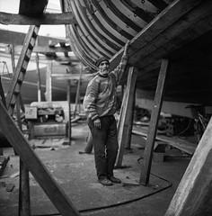 (Paysage du temps) Tags: 2017 20170317b fp4 film ilford rolleiflex zeissplanar80mm maroc morocco essaouira pêcheur fisher charpentier carpenter chalutier port harbour chantier naval