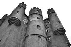 Braemar Castle - Fortezza severa (Celeste Messina) Tags: castello castle braemar highlands scotland scozia scottish scozzese fortezza fortino fort blockhouse torri towers biancoenero blackandwhite bn bw blackwhite