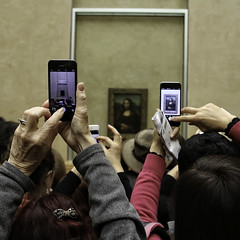 Mona Lisa Smile (Steve Mitchell Gallery) Tags: art artappreciation monalisa louvre look view witness cellphone cellphones mobilephone mobilephones museum street