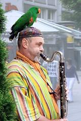 Tûtî-i mûcize gûyem, ne desem laf değil (halukderinöz) Tags: sokak çalgıcısı street musician papağan parrot bas klarinet bass clarinet stuttgart almanya germany canoneos40d eos40d hd