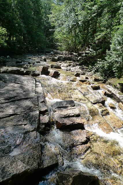 花崗岩地帯の一帯を流れる川底は岩がゴツゴツ 近くには国の名勝も|赤沢森林資料館