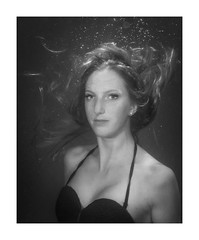 Lisa (Knipsbildchenknipser) Tags: portrait uw apnoe unterwasser underwater diving freediving marxweiher sw schwarzweiss monochrome bw blackandwhite blackwhite blackanwithe girl