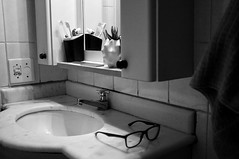 lavabo (renanluna) Tags: lavabo washbasin pia sink espelho mirror casa home óculos glasses monocromia monochromatic pretoebranco blackandwhite pb bw sãopaulo 011 sp br 55 fuji fujifilm fujifilmxt1 xt1 35mm fujinon35mmf14xfr fujinon renanluna