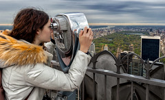 To look behind (R.o.b.e.r.t.o.) Tags: nyc rockefellercenter thetopoftherock manhattan newyorkcity statiunitidamerica unitedstates usa centralpark grattacieli skyscrapers girl ragazza osservatorio cityscape city skyline binoculars binocolo hudsonriver