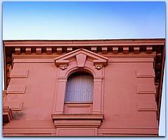 Haut d'immeuble rose sous ciel bleu (bleumarie (absente)) Tags: volet urbain roussillon rose pyrénéesorientales perpignan immeuble fenêtre façade ciel bleu catalogne bleumarie suddelafrance mariebousquet architecture