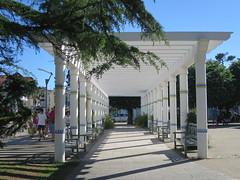 Quel est ce lieu???? Il s'agissait de la pergola de la place Cheyroux à Saint-Palais-sur-Mer (17) (Yvette G.) Tags: quelestcelieu charentemaritime 17 poitoucharentes nouvelleaquitaine architecture architecturebalnéaire pergola saintpalaissurmer