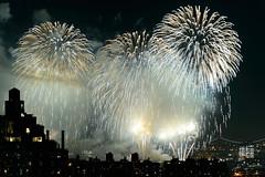 4th of July 2017 Macy's Fireworks-101 (Diacritical) Tags: brooklyn nycmacys nikond4 pattern 70200mmf28 16secatf71 july42017 85528pm f71 195mm 4thofjuly fireworks macysfireworks nyc night skyline