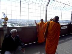La del recuerdo (Karloz Silva) Tags: paris francia torreeiffel tower turista viaje vacaciones vacations alturas recuerdo foto photo monjes budistas naranja anaranjado tuistas picture toureiffel