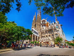 La Sagrada Família in Barcelona, Spain (` Toshio ') Tags: toshio barcelona spain basílicaitempleexpiatoridelasagradafamília sagradafamilia church catholic religion gaudi europe european europeanunion street architecture fujixe2 xe2 catalonia