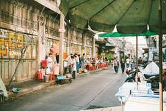 Chinatown (lorenzoviolone) Tags: chinatown finepix fuji 800z x100s fujifilm rni films street food break foodie lunch mirrorless sit down strangers streetphoto streetphotocolor streetphotography travel:southeastasia=2017 vendors walking fuji800z fujix100s fujifilmx100s rnifilms streetfood sitdown bangkok krungthepmahanakhon thailand