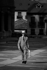 Gentleman (AvideCai) Tags: avidecai gente bn blancoynegro calle ciudad vertical león