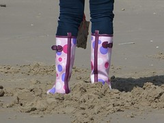 Beach fun (willi2qwert) Tags: rubberboots rainboots regenstiefel gummistiefel gumboots girl wellingtons wellies women wasser water beach strand
