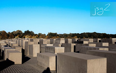 Monumento a los judíos de Europa asesinados, Friedrichstadt (Berlín / Alemania) (jsg²) Tags: berlin berlín deutschland alemania jsg2 fotografíasjohnnygomes johnnygomes fotosjsg2 unióneuropea europa europe ue europeanunion postalesdelmusiú germany federalrepublicofgermany bundesrepublikdeutschland monumentoalosjudíosasesinadosdeeuropa denkmalfürdieermordetenjudeneuropas holocaustmahnmal monumentodelholocausto השואה shoá endlösung holocausto judíos petereisenman burohappold friedrichstadt learosh adolfhitler genocidio alemanianazi holocaustmemorial memorialtothemurderedjewsofeurope nationalsozialismus nacionalsocialismo nazismo nazism