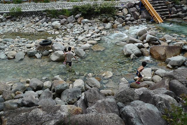 散策の後は川遊びタイム|赤沢森林資料館