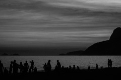Praia de Ipanema (Johnny Photofucker) Tags: riodejaneiro rj ipanema praia beach spiaggia playa preto branco black white nero bianco pb bw brasil brazil brasile lightroom 70200mm backlighting contraluz silhueta silhouette sunset tramonto pôrdosol anoitecer entardecer céu sky cielo nuvens nuvem cloud clouds nuvole nuvola