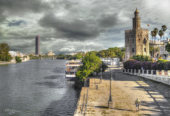 Dos Torres, un Rio. Two Towers, one River. (Capuchinox) Tags: torre tower rio river guadalquivir sevilla seville españa spain andalucia andalusia cielo sky nubes clouds agua water olympus photomatix hdr barco boat monumento monument