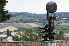 Statua di fronte al Museo della Vernaccia (Mancio85) Tags: statua statue san gimignano siena tuscany toscana italia italy landscape paesaggio view vista canon 80d