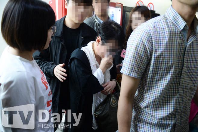 NÓNG: Mẹ T.O.P xác nhận anh đã mở mắt và nhận ra bà - Ảnh 1.