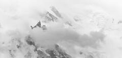 Voile de Traîne 1/2 (Frédéric Fossard) Tags: noiretblanc grain texture fondblanc paysage nature montagne cimes nuage brume brouillard tourmente alpes hautesavoie massifdumontblanc chamonix aiguilledumidi art abstrait surréaliste neige glacier hautemontagne