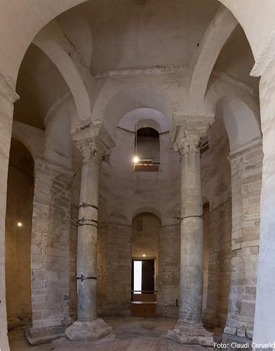 Interiro de l'església pre-romànica de Sant Donat (s. IX), de base rodona i 27m d'alt.