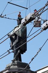 Napoli_Aziz_20090610 (14) (olivo.scibelli) Tags: fotografie napoli – ragazzo africano statua garibaldi testa disturbi psichici immigrati aziz avventura finita tragicamente rimpatriato paese