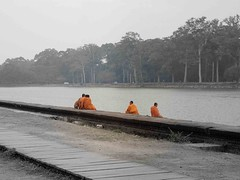 Mönche am Fluss | Monks at the river of Angkor Wat