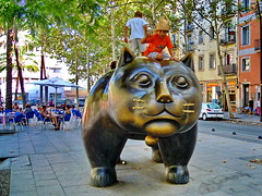 A cat to play with - Un gatito para jugar (gerard eder) Tags: world travel reise viajes europa europe españa spain spanien städte city ciudades cityscape cityview stadtlandschaft street streetlife barcelona statues monuments streetart outdoor oldcity