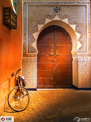 Zoco Medina Bike and Door (Alesfra) Tags: tamron14150mmf3558diiii alesfra alesfrafotografia alesfraphotography alesfracom em1 foto marrakech marruecos medina mirrorless morocco olympus olympusem1 olympusomdem1 omd photo sinespejo tamron wwwalesfracom zoco bicicleta door puerta bike light luz shadow sombra orange naranja mosaico azulejo albertojespiñeirafrancés arabe arabic travel viaje wall pared art photography building architecture ground suelo africa islam wheel rueda brown marrón composition composición arco muro