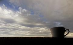 4 de 100 razones por las que me gustan las nubes:  Desayunamos juntas. (Ester Arrebola Bravo) Tags: nubes café cielo desayuno vistas