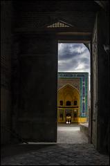 La mezquita Kalon desde la puerta de la Madrasa Mir-i-Arab, Bukhara (bit ramone) Tags: mezquita mosque kalon puertas doors madrasa miriarab bukhara bujara uzbekistán