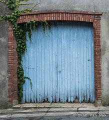 Rue Perruque, Boulogne-sur-Gesse (Ivan van Nek) Tags: rueperruque boulognesurgesse hautegaronne midipyrénées occitanie france frankreich frankrijk doorsandwindows door garage garagedoor garagedeur 31 nikon d7200 nikond7200 decay deur