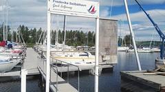 Huck Finn out sailing. (zimort) Tags: bok book bookcrossing gjøvik norge norway seilbåt sailboat vann water mjøsa wildrelease