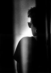 L'orecchino (gianclaudio.curia) Tags: bianconero blackwhite donna persona pellicola kodaktrix kodak sviluppo rodinal agfa nikon nikonfm3a nikkor10525 controluce profilo ilford ilfordmultligradeivrcdeluxe cartafotografica meopta meoptaopemusmultigrade