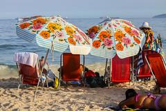 Praia de Copacabana (Johnny Photofucker) Tags: riodejaneiro rj praia spiaggia beach mare playa mar sea copacabana lightroom pessoas people guardasol gente persone pessoa brasil brazil brasile 70200mm streetphotography
