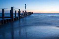 vor dem Sonnenaufgang (tleesch) Tags: buhne events meer olympusfotokunstpfadzingst ostsee robmulholland seadaughter sonnenaufgang umweltfotofestival»horizontezingst«