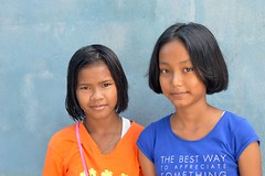 pretty young ladies (the foreign photographer - ฝรั่งถ่) Tags: two pretty young ladies blue orange shirts khlong thanon portraits bangkhen bangkok thailand nikon d3200