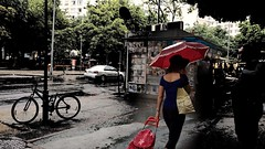 chove! (luyunes) Tags: mulher guardachuva vermelho rua cenaderua chuva motoz luciayunes