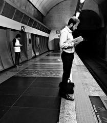 Variações sobre o tema (epougy) Tags: riodejaneiro celular estaçãocardealarcoverde metrô homem pessoas livro leitura