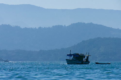 brazil-paraty-boat-in-bay-with-mountains-copyright-pura-aventura-thomas-power