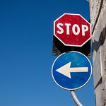 Straßenschilder: Links abbiegen und STOP thumbnail
