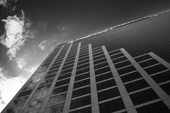 ponto de fuga (Martha MGR) Tags: bw bp monochrome building sky perspective sãopaulo marthamgr blackwhite