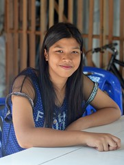 pretty young woman at the table (the foreign photographer - ฝรั่งถ่) Tags: sep192015nikon pretty young woman seated table khlong thanon portraits bangkhen bangkok thailand nikon d3200