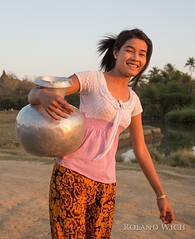 Girl in Mrauk U (Rolandito.) Tags: myanmar burma birma birmanie birmania south east asia southeast girl woman water portrait mrauk u