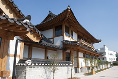 Suwon Traditional Culture Centre, South Korea (Tiphaine Rolland) Tags: southkorea suwon korea corée coréedusud asia asie nikon d3000 nikond3000 printemps spring 대한민국 수원시 수원 house maison hanok suwontraditionalculturecentre